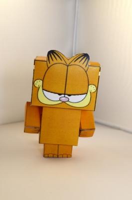 Всемирно известный кот Гарфилд стал героем нашей поделки. Вам остаётся только распечатать схему на цветном принтере и следовать фото-инструкции.