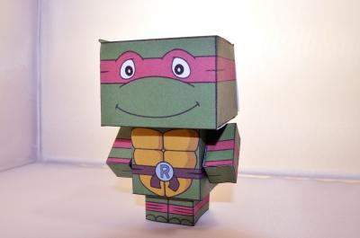 Стань учителем бумажных ниндзя-черепашек, создав из своими руками! Осталось только скачать схему и следовать фото-инструкции.