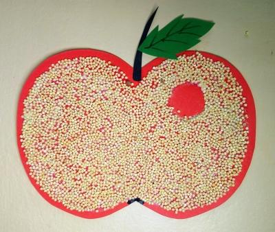 Необычная аппликация Яблоко из кукурузной крупы