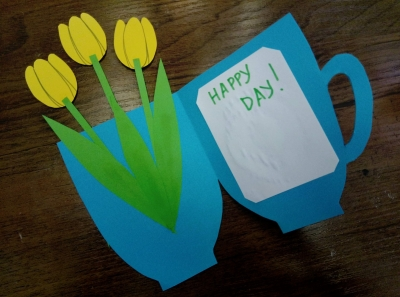 Сейчас мы сделаем очень тёплую весеннюю открытку с тюльпанами из цветной бумаги.