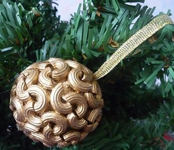 Новый год и Рождество уже совсем близко, а это значит что нужно украшать дом и ёлочку красивыми игрушками. Одну из таких игрушек мы сделаем своими руками, прямо сейчас