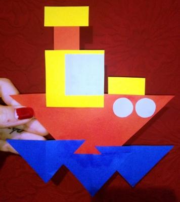 Оправляем наш корабль из цветной бумаги в дальнее плаванье.