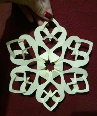 Ещё одна замечательная снежинка из бумаги, для украшения вашего дома к новогодним праздникам.