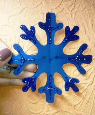 Украсим свою комнату блестящими снежинками из цветной бумаги.