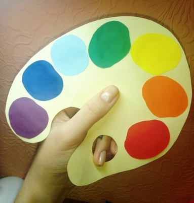 цвета радуги на палитре из цветной бумаги