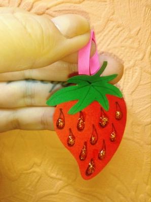 Наряжай вот такой клубничкой свою ёлочку, сделанной из бумаги, своими руками.