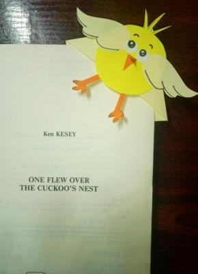 Очень забавный цыплёнок из бумаги, не позволит вам забыть страничку, на которой вы закончили чтение.