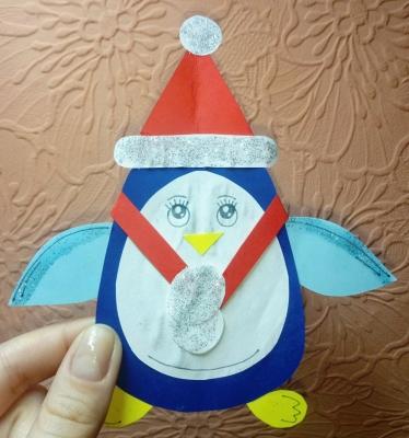 Выполним пингвичика из цветной бумаги, в красивейшей новогодней шапочке и шарфике.