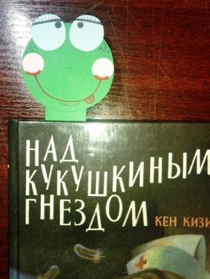 Бумажная закладка-червячок, сделанный своими руками, станет неотъемлемым помощником в чтении книг.