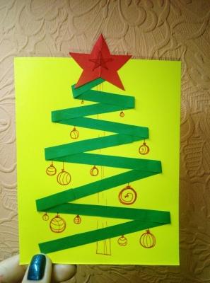 Сделай из бумаги свою собственную ёлочку и укрась её нарисованными игрушками.