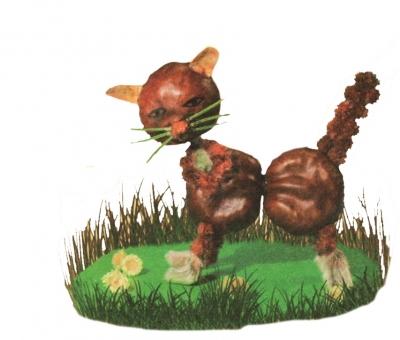 Очень крутая поделка из каштанов с котиком, гуляющим по травке.